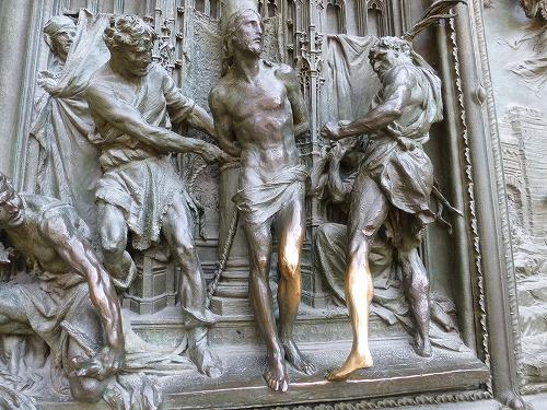 イタリア・ミラノのドゥオモ(大聖堂)のファサードに設置されているブロンズ製の扉(触られて金色になった足)