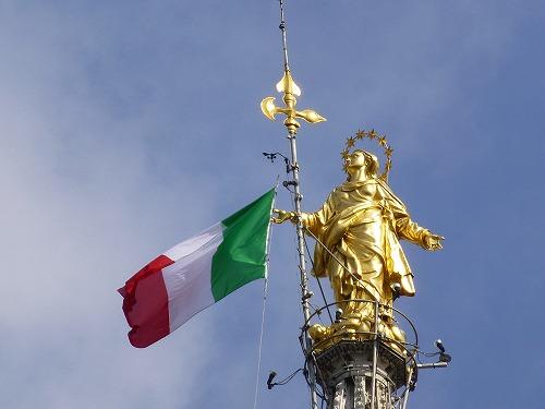 イタリア・ミラノのドゥオモ(大聖堂)の頂にある黄金のマドンニーナ像