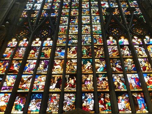イタリア・ミラノのドゥオモ(大聖堂)のステンドグラス
