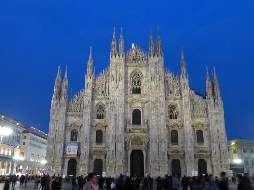 ライトアップされたイタリア・ミラノのドゥオモ(大聖堂)