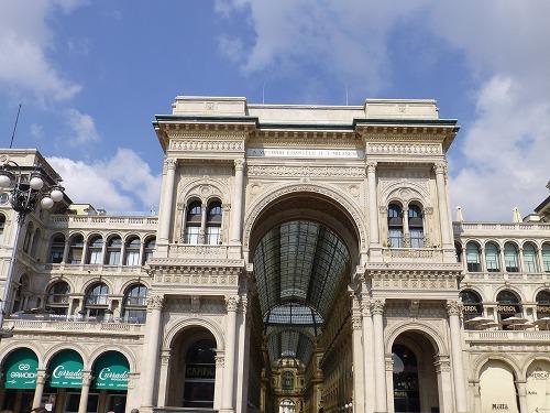 イタリア・ミラノのヴィットリオ・エマヌエーレ2世のガッレリアの入口