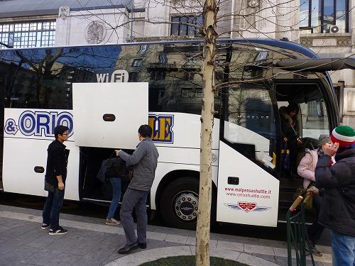 イタリア・ミラノのマルペンサ空港から市内へ移動するシャトルバス(プルマン)