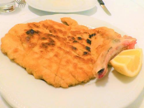 イタリア・ミラノのイル・パイオーロのミラノ風カツレツ