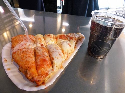 イタリア・ミラノのスポンティーニで注文したピザ(マルゲリータ)とペプシコーラのセット