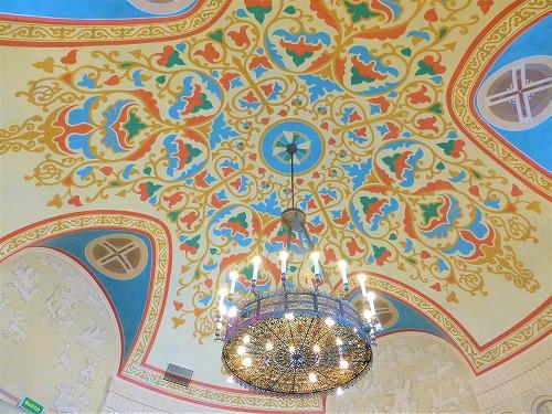 ロシア・モスクワの国立歴史博物館の天井とシャンデリア