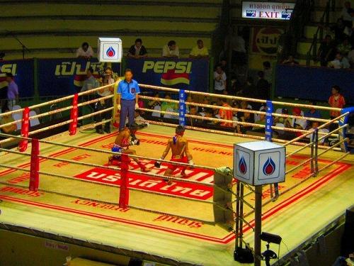 タイ・バンコクにあるムエタイの試合前の舞・ワイクルー