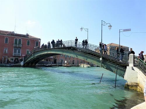 イタリア・ベネチア近くのムラーノ島の運河に架かる橋