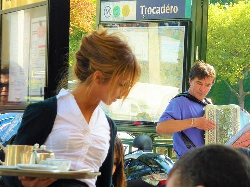 フランス・パリの老舗カフェCarette(カレット)本店のウェイトレスとアコーディオン奏者