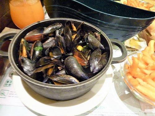 フランス・パリのレストランleon de bruxellesの山盛りムール貝