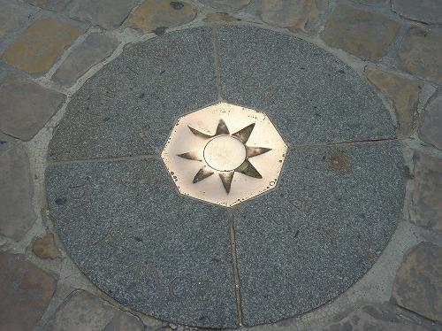 フランス・パリのノートルダム大聖堂前の広場にあるパリゼロkm地点を示す星印