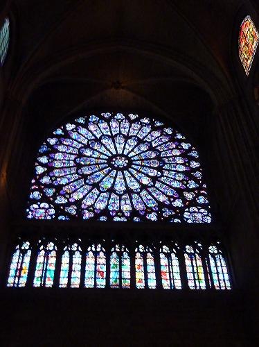 フランス・パリのノートルダム大聖堂のバラ窓のステンドグラス