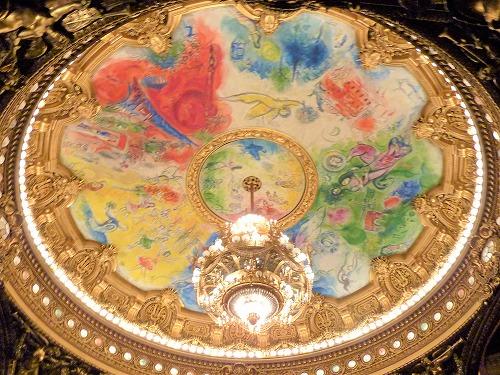 フランス・パリのオペラ座(ガルニエ宮)の劇場ホールのシャガールが描いた天井画『夢の花束』