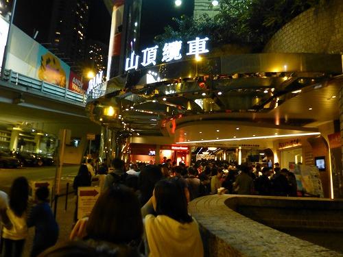 香港のピークトラム乗り場の行列