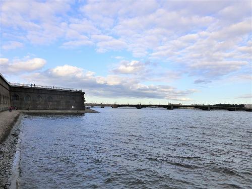 ロシア・サンクトペテルブルクのペトロパヴロフスク要塞の城壁とネヴァ川