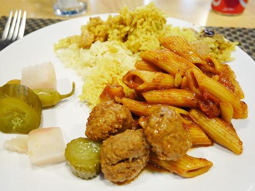 ペトラ遺跡(ヨルダン)の近くで食べた中東料理盛り合わせ