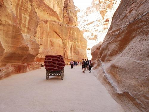 ペトラ遺跡(ヨルダン)のシークを走る馬車