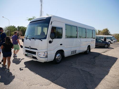 ペトラ遺跡ツアーのツアーバス