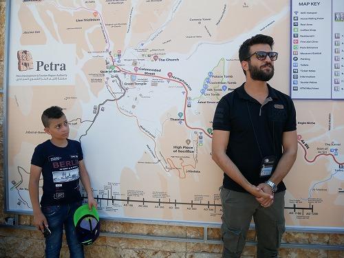 ペトラ遺跡の入口で説明するツアーガイド