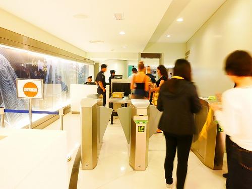 マレーシア・クアラルンプールのペトロナスツインタワーの展望台ツアーへのゲート