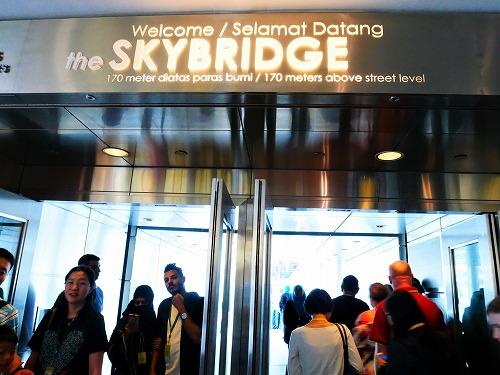 マレーシア・クアラルンプールのペトロナスツインタワーのスカイブリッジ入口