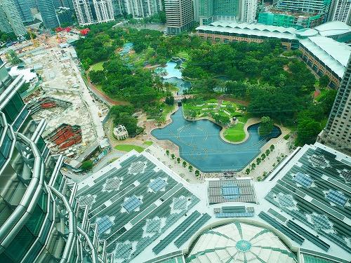 マレーシア・クアラルンプールのペトロナスツインタワーのスカイブリッジから見たKLCC公園