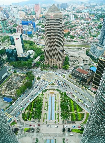 マレーシア・クアラルンプールのペトロナスツインタワーのスカイブリッジからの風景