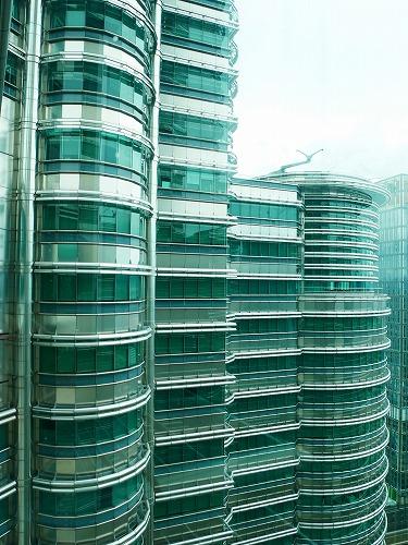 マレーシア・クアラルンプールのペトロナスツインタワーのスカイブリッジから見たタワー別棟