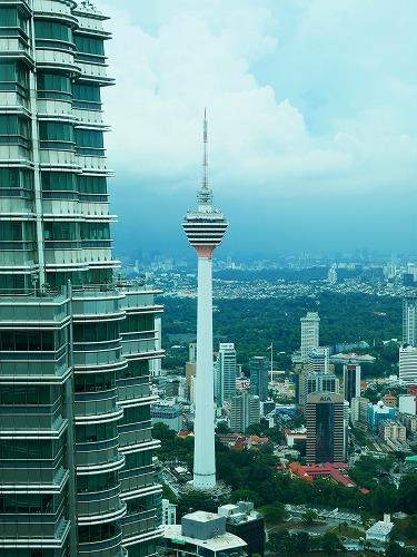 マレーシア・クアラルンプールのペトロナスツインタワーのオブザーベーションデッキから見たKLタワー