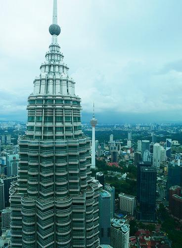 マレーシア・クアラルンプールのペトロナスツインタワーのオブザーベーションデッキから見たタワー別棟