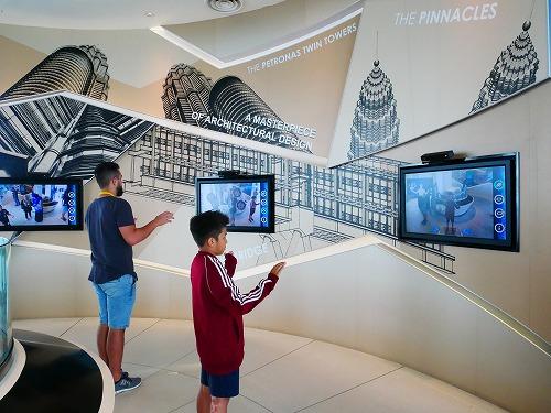 マレーシア・クアラルンプールのペトロナスツインタワーのオブザーベーションデッキ内のアトラクション