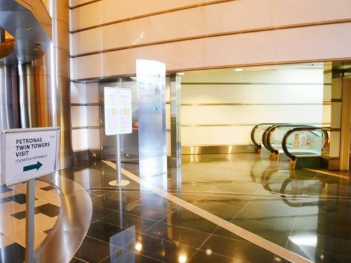 マレーシア・クアラルンプールのペトロナスツインタワー内部(展望台ツアーチケット売り場へのエスカレーター)