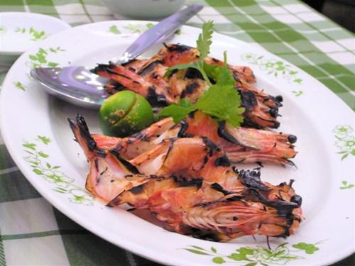 フィリピンのシーフードレストランで調理された海老