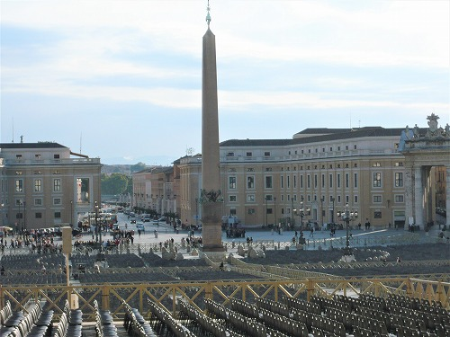 バチカン市国のサン・ピエトロ広場に並べられたイス