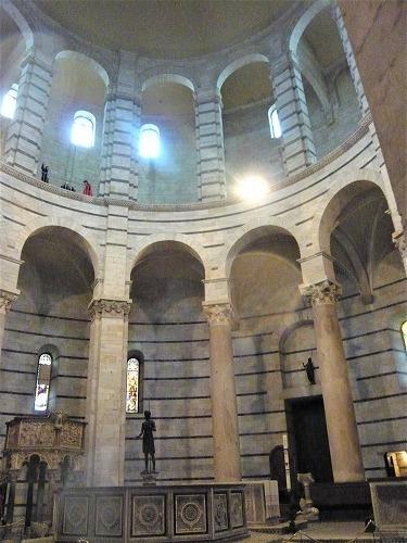 イタリア・ピサにある洗礼堂内部