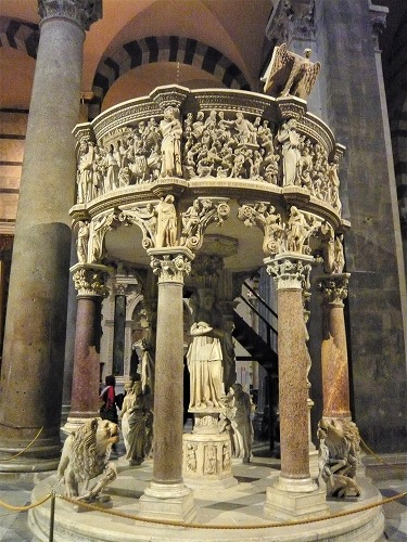 イタリアのピサにあるドゥオモ内部の彫刻