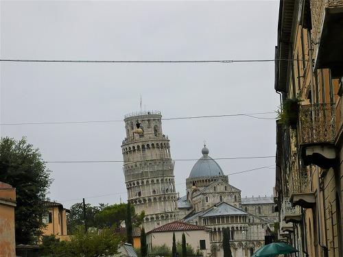 イタリアのピサにあるピサの斜塔(遠景)