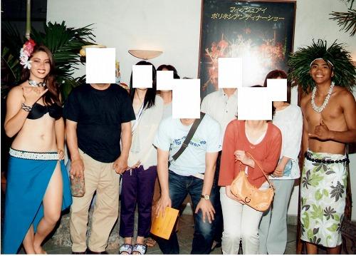 グアムのポリネシアン・ディナー&ダンスショーの前に撮影したダンサーとの記念写真