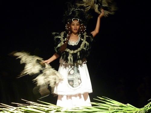 グアムのポリネシアン・ディナー&ダンスショーの優雅な踊り