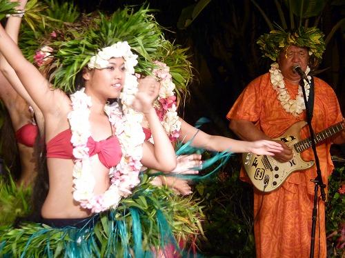 グアムのポリネシアン・ディナー&ダンスショーのフラダンサーと演奏者