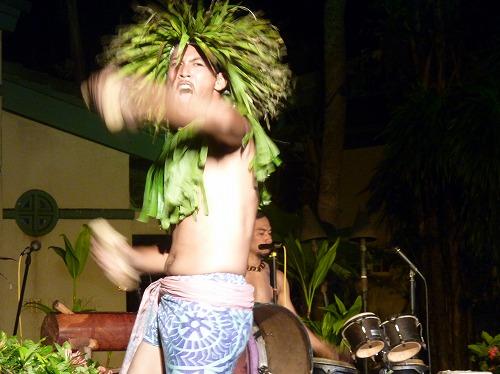 グアムのポリネシアン・ディナー&ダンスショーの威嚇する踊りを行うダンサー