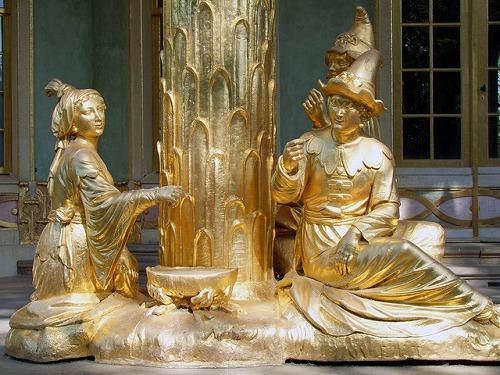 ポツダム(ドイツ)にある中国茶館の金色の像