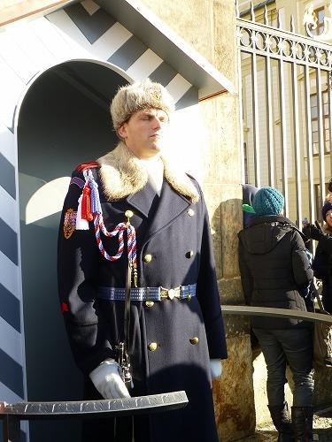 チェコ・プラハのプラハ城の正門(マティアス門)横で立つ守衛
