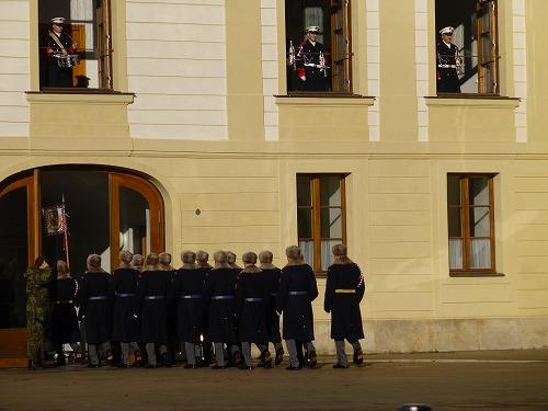 チェコ・プラハのプラハ城の正門(マティアス門)で行われる衛兵交代式