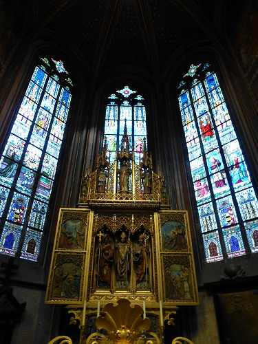 チェコ・プラハのプラハ城内にある聖ヴィート大聖堂内部のステンドグラス