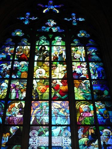 チェコ・プラハのプラハ城内にある聖ヴィート大聖堂内部のミュシャ(ムハ)が手掛けたステンドグラス