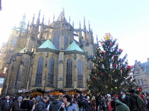 チェコ・プラハのプラハ城内にある聖ヴィート大聖堂横のクリスマスツリー