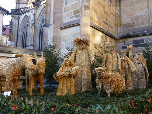 チェコ・プラハのプラハ城内にある聖ヴィート大聖堂の裏にある藁人形