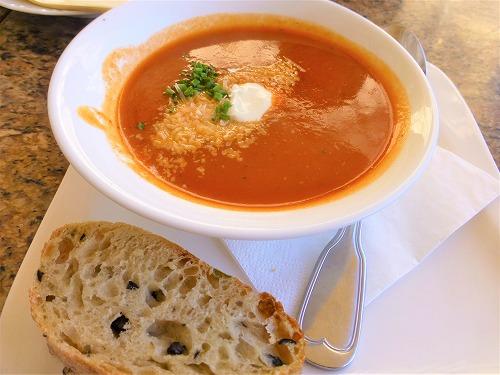 チェコ・プラハのプラハ城のレストランLobkowicz Palace Cafeで提供される料理(スープ・パン)