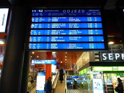 チェコのプラハ中央駅の電光掲示板