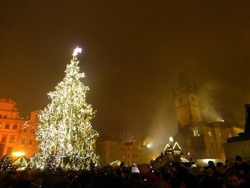 チェコ・プラハの旧市街広場で行われた年越しカウントダウン